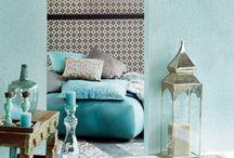 """PAPEL PINTADO YASMIN - EIJFFINGER / El catálogo """"Yasmin"""" de Eijffinger es tan mágico como las Mil y Una Noches, patrones inspirados en Oriente Medio y la cultura árabe, una colección de papel pintado alta gama y un estilo que cautiva, patrones con formas geométricas inspiradas en mosaicos orientales. Acabados sofisticados y estilo arabesco, diseños en tercipelo con flocados espumosos al tacto, finas líneas que nos recuerdan a tatuajes de henna, texturas brillantes como puntas de diamantes."""