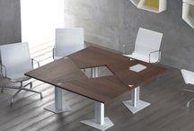 """Mesa. Colección TRAP / Este formato trapezoidal se presenta como la alternativa más funcional con respecto a las  mesas modulares existentes actualmente. Con una misma mesa, se pueden generar mesas para dormitorios en esquina, mesas en pared con salientes funcionales, y multitud de opciones de mesas para uso administrativo, reuniones, oficinas, zonas comunes de hoteles, restaurantes, etc, que ofrecen """"kambiar"""" su posición y forma,  y que transmiten diseño, movimiento y modernidad a los  espacios que los incorporan."""