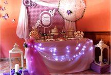Comunión de niña en color lila / Decoración de fiesta de comunión vintage en color lila, con globos, tela y flores, mesa de dulces creativa, candelabros, jaulas y más. Repostería creativa (galletas, pastel) pinchos de nubes, palomitas, detalles/ recuerditos, libro de firma y centros de mesa.
