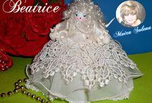 BAMBOLE DI STOFFA... BEATRICE / BEATRICE Bambolina realizzata con piedistallo....DISPONE DI UNO SVARIATO GUARDAROBA IN STILE.