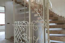Белый цвет, лестница, перила кованые.
