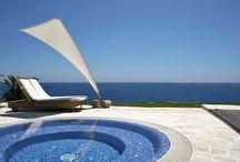 Olé! Atemberaubende Poolhäuser in Spanien / Eintauchen, abtauchen, erfrischen und entspannen … . Wenn ein privater Pool zum Ferienhaus gehört, können große und kleine Urlauber direkt aus dem Bett ins kalte Nass springen.