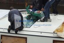 Montage betoogd glas woonboot / Nieuw raam geplaatst op het dak van een woonboot