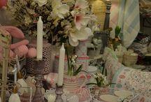 Jarné dekorácie / S príchodom jari a Veľkej noci je tu čas, ktorý máme my všetci, čo si potrpíme na to, aby náš domov vyzeral pekne a útulne, tak radi :-) Je treba oprášiť staré jarné dekorácie a prikúpiť nové krásne kúsky ;-) My sme opäť všetky bytové doplnky v našej ponuke pre Vás starostlivo vyberali !
