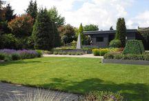 Een stralend gazon in de tuin / In dit bord zijn foto's zichtbaar van tuinen waar een groen gazon centraal staat. Het ene gazon wordt gecombineerd met strakke borders, de ander is grenzend aan een vijver of terras.