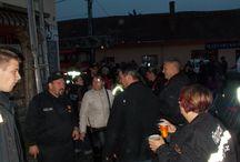 Tábori Tűzoltómise / Tábori Tűzoltómise  Ma 19.00 órai kezdettel zajlott a pomázi Szabadság téren (Piac tér) a Tábori Tűzoltómise.  A szentmisét bemutatta Erdődi Ferenc plébániai kormányzó. A szentmise során a tűzoltók megáldásra kerültek.  Beszédet mondott Vicsi László polgármester és Leidinger István tűzoltóparancsnok.  A tűzoltómise végén a jelenlévőket a tűzoltóság vendégül látta egy kis pogácsával és sörrel.  pomaz.hu: http://www.pomaz.hu/news/912/t�bori-t�zolt�mise