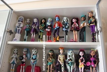 My Monster High Collection / Here you have some of my Monster High dolls (November 2011) The 'family' continues to increase month by month... I haven't enough room yet, so I have no choice: I'll have to put them closer ASAP :( Then, I'll take more pics with the new 'members'.