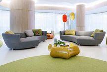 Canapé arrondi et meuble derrière canapé d'angle