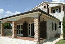 Kroatien - Villa mit Pool - Stranici / Mediterraner Stil und moderne Technik ergänzen sich optimal. Schönes Grundstück mit Pool, Außenküche und -dusche.  Die üppige Bepflanzung und eine Mauer um das Grundstück sorgen für ungestörte Privatsphäre.