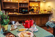 Café da Manhã / Nosso café da manhã é recheado de receitas exclusivas e deliciosas para você! Tudo muito tradicional, com receitas regionais e originais!  Se hospedar no Petit possui inúmeras vantagens. Dentre elas,  poder aproveitar as tortas, os pães, os croissants de chocolate, omeletes e rabanadas, recém saídos do forno e ainda quentinhos.  Tudo traz uma sensação de conforto e de estarmos sendo muito bem cuidados.