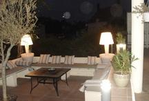 déco extérieure-garden-outdoor / ce salon d'été est un endroit magique ou il fait bon se réunir avec les amis, nous l'avons construit avec des plaques de béton qui normalement servent à monter des murs, les coussins sont fait maison