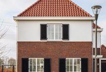 Livingstone Jaren 30 stijl / Mooie klassieke woning met een beetje jaren-dertig stijl. Rode pannen, rode bakstenen,  een wit element op de voorgevel.