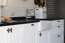 Landelijke keuken met zwart keukenblad