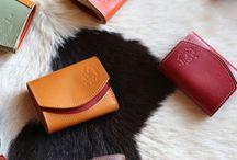 栃木レザー / クアトロガッツでは小さい財布「小さいふ。」の定番カラー・その他本体部分などに 日本で最高峰と言われる栃木レザー株式会社製のフルベジタブルタンニングレザー(ヌメ革)を使用しています。