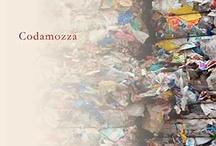 Codamozza | Un romanzo di Sergio Saggese / Codamozza è una dichiarazione di amore, un grido disperato, una richiesta d'aiuto, una denuncia, un desiderio di speranza. Tra malumori, corruzione, delinquenza, odio, cupidigia, ma anche amore per la cultura, amicizia, valori etici, Sergio Saggese ci racconta la sua Napoli e, per esteso, fotografa la situazione del nostro paese in maniera ironica fredda e, allo stesso tempo, fiabesca. Buona visione!
