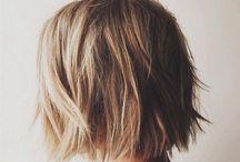 Równo obcięte włosy