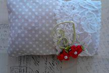 coussinet de la gachette / des coussins fait main, avec des chutes de tissu, perles, ruban, galon, dentelle...http://www.alittlemarket.com/boutique/lagachette-96622.html