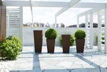 Scaleo Modern / Kvetináče SCALEO z umelého ratanu skvele dopĺňajú interiér aj exteriér s nábytkom z okrúhleho umelého ratanu. Sú k dispozícii v troch rozmeroch.