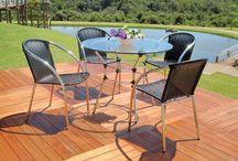 Linha Ercilla / Composta por conjunto de mesa (redonda) e cadeiras (com e sem braço) e banquetas, a linha Ercilla possui estrutura em alumínio e trançado em fibra sintética.