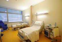 Camera di degenza arredata / Le camere di degenza del Nuovo Ospedale sono dotate di nuovi arredi tecnologici ed innovativi per garantire più confort ai pazienti e ai famigliari.