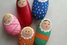 muñecas pintadas en piedra