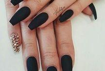 fekete körmök