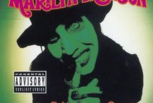 Marilyn Manson / Marilyn Manson, pseudonimo di Brian Hugh Warner è un cantautore e attore statunitense, noto per essere il controverso frontman della band omonima, della quale è fondatore ed unico membro stabile.