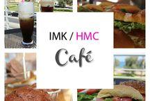 IMK-HMC Cafe / Το καφέ του ΙΜΚ, βρίσκεται στο 1ο επίπεδο του κτιρίου σε ένα στεγασμένο και δύο υπαίθριους χώρους, το βορινό deck που βλέπει στη θάλασσα και τη νοτική αυλή στη σκιά των ψηλών δέντρων της πρόσοψης του νεοκλασικού κτιρίου. Λειτουργεί ως self service και διαθέτει καφέ, ροφήματα, αναψυκτικά, χυμούς και φαγητό. Το κάπνισμα απαγορεύεται σε όλους τους εσωτερικούς χώρους του κτιρίου.  Ελεύθερη πρόσβαση στο ΙΜΚ Café στις ώρες λειτουργίας του Μουσείου