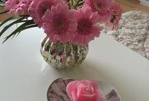 Kauniita kukkakimppuja ja vaaseja