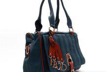 Kadın Çanta / Bir kadının bu aşk için harcayacağı paranın büyüklüğünü de eleştiremezsiniz. U.S. Polo Assn., Beverly Hills Polo Club, Nike, Vakko, Bond, Cengiz Pakel, Pierre Cardin, Vakko, Tommy Hilfiger, Benetton, Calvin Klein, Ground, It Luggage markalarının birbirinden çeşitli çanta, valiz, bond, seyahat çantası, çapraz çanta, askılı çanta, yan çanta ve sırt çantalarından oluşan modelleri Nemoda.com.tr' de.