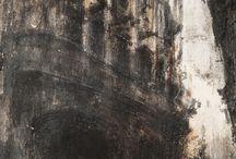 Marcin Szymielewicz http://www.artpistols.pl/ / Marcin Szymielewicz urodził się w 1978 roku. Już jako student był stypendystą Ministra Kultury i Sztuki (1997), laureatem nagrody za indywidualność roku (1998). Studiował na wydziale grafiki na Akademii Sztuk Pięknych we Wrocławiu, gdzie odznaczony został nagrodą prorektora ASP Wrocław za osiągnięcia w dziedzinie rysunku (2003). W 2008 roku otrzymał honorowe wyróżnienie na prestiżowym Międzynarodowym Biennale Rysunku w Pilznie.