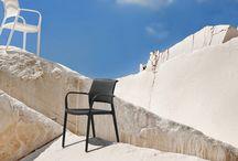 Pedrali terasz szezon / Pedrali bútorok, időtálló színes vidám műanyag székek, asztalok