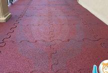 Pavimento gomma esterni / Sono moduli di pavimentazione realizzati con gomma di pneumatico riciclato. Sono fonoassorbenti, drenanti ad incastro rapico / Applicazioni: su erba, su terra, su terreno sabbioso, su asfalto, su mattonelle, su cementi, su rampe, etc.. / Colori principalmente rosso mattone o verde scuro / Materiale: atossico oppure ignifugo / Misure: 50x50cm o 100x100cm / Uso: esterno o interno