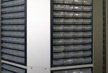 flexiTower / Der flexiTower ist ein neuartiges, ausschließlich aus hochwertige Materialien gebautes drehbares Kleinteile-Lager und bietet Platz auf engstem Raum (Aufstellung in Ecke oder Nische ist kein Problem). Mit 4 Ebenen werden auf nur 1 m² Stellfläche bis zu 1.440 Kleinteileschubläden integriert.