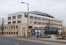 CSEPEL - SZIGET / A Csepel-sziget (németül: Eugensinsel, horvátul Čepeljski otok, Ada) az egyik legnagyobb dunai sziget. Itt van a 314 méter magas ipari műemlék, a lakihegyi adótorony. Hossza 48 km, szélessége 6–8 km, területe 257 km². A sziget részben Budapesthez, részben pedig Pest megyéhez tartozik. Össznépessége körülbelül 165 ezer fő  *https://hu.wikipedia.org/wiki/Csepel-sziget **http://www.csepelmuvek.hu/muzeum/szobrok/index.htm ***https://hu.wikipedia.org/wiki/Budapest_XXI._kerülete