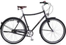Simplicity / WENN WENIGER MEHR IST. Die Simplicity-Modelle 8CHT & E1NS erfüllen puristische Fahrradträume für eine neue stilvolle Mobilität. Simplicity steht dabei für reduziertes Design und schnelle Urban-Bikes mit manufakturgefertigten Stahlrahmen, hochwertigen Komponenten und ästhetisch anspruchsvollen Accessoires. Erleben Sie ein unnachahmliches Fahrraderlebnis – fern von grellen Designs oder überflüssigem Schnickschnack.