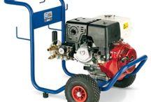 Idropulitrici a motore a scoppio / Idropulitrici hobbistiche e professionali, con motore a scoppio. Pompe a 3 pistoni assiali oppure con sistema biella-manovella. Aspirazione detergente e regolazione della pressione.