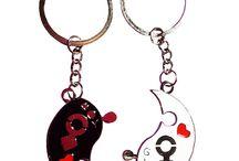 couple keychains for lovers / Прекрасные и романтичные подарки для ваших любимым - брелки для влюбленных. Приобрести кулоны можно на сайте www.Подарки-любимым.рф