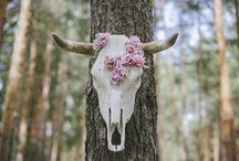 Spring Wood, una boda de inspiración boho-folk / Los vestidos  ImmaClé dan vida a los distintos looks de novia bohemia de Sping Wood, con una perfecta delicadeza contrastada por la original fuerza del tocado de plumas blancas y el tocado de flores rojas (¡Nos encantan los dos!). Sin duda, otra de las tantas ideas maravillosas que nos propone el amplio equipo de proveedores de esta producción nupcial, a la batuta de Cristina & Co.