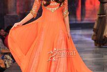 """Bridal's Anarkali salwar / La robe de mariée indienne sublimée par l'Anarkali Salwar: longue robe, serrée à la taille et s'arrêtant à la cheville. Apportant un raffinement des plus recherchés, les chevilles sont elles-mêmes drappées dans un """"churidar"""", pantalon en soie près du corp formant des plis au niveau des chevilles.  Le """"Salwar"""" doit son nom """"Anarkali"""" à une légendaire courtisane de l'empire Moghol emmurée vivante pour s'être liée d'une passion amoureuse avec le fils d'un empereur Moghol (empire Moghol 1526_1857)"""