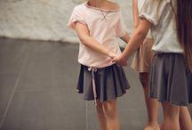 MeMola / Jest taki świat  Świat stworzony dla rodziców poszukujących oryginalnego stylu dla swoich pociech. Świat, w którym zaprojektowano proste formy ubrań z myślą o komforcie każdego dziecka, które będą rosły razem z nim.  Ideą  jest życie w harmonii z naturą dlatego królują tu tylko wysokogatunkowe dzianiny w stonowanych odcieniach występujących w przyrodzie.   Zadbano  o każdy detal i wykończenie produktu  dla podkreślenia jego wyjątkowości.  Witam w  MeMola!