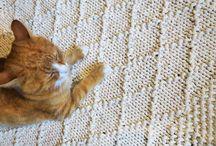Dywany i chodniki - rękodzieło Siedliska na Wygonie / Ręcznie wykonane dywany i chodniki powstają z pasji i radości tworzenia rzeczy wyjątkowych oraz marzeń o niepowtarzalności w powtarzalnym świecie.   Piękne, grube, mięsiste chodniki i dywany wykonane ręcznie z bawełnianego sznurka, w różnych kolorach i rozmiarach. Świetne do każdego wnętrza, któremu nadadzą wyjątkowego charakteru i ciepła. Oryginalne i niecodzienne będą miłym i naturalnym akcentem.