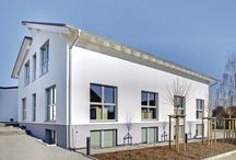 Eine perfekte Verbindung / Wie viele mittelständische Unternehmen hat auch die Firma Heep Fenster ein stetiges Wachstum hinter sich. Wachstum und wirtschaftlicher Erfolg sind das eine - beengte Arbeitsbedingungen das andere. Daher beschloss die Geschäftsführung, die bestehende Fertigungshalle um ein Verwaltungsgebäude zu erweitern.