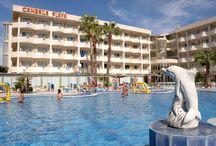 H10 Cambrils Playa / Ubicado en una zona tranquila de Cambrils y a 50 metros de la magnífica playa de l'Esquirol, el H10 Cambrils Playa es un hotel de cuatro estrellas que dispone de una completa gama de servicios. Ideal para disfrutar en pareja o en familia. / by H10 Hotels