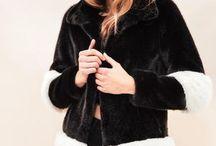 SKI OOTD / Sélection Ski  Vêtements produits par la marque SKIDRESS, une marque française hors du commun spécialisée dans les vêtements d'hiver à la fois sport et chic, ainsi que LA SEINE ET MOI, une marque parisienne spécialisée dans les pièces en fourrure artificielle plus réaliste que jamais et respectueuse de l'environnement.  Louez votre tenue pour vos vacances au ski : https://www.lougage-paris.com/collections/all/selection-ski