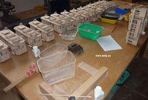 Jak se vyrábí dřevěné hračky / Zajímavé fotky z výroby českých dřevěných hraček jako jsou autobusy, tramvaje, trolejbusy, kamiony, nákladní vozidla a malé autíčka, letadla, tanky, vláčky a lokomotivy, jeřáby, traktory, vrtulníky. Vše se vyrábí ručně.