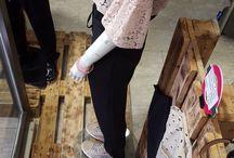 kate by sandro ferrone roma / SANDRO FERRONE rappresenta, nel panorama nazionale dell'abbigliamento femminile, un marchio che ha consolidato la sua immagine e presenza nella commercializzazione di abiti per la donna sinonimo di un tipo di eleganza che non è mai fuori luogo. E' nel miracolo economico del primo Dopoguerra,1958, che Sandro Ferrone fonda il suo primo laboratorio di maglieria con tre dipendenti e quindici abiti cuciti al giorno.