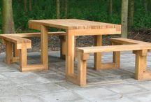 Picknicktafel / verzameling van picknicktafels die door iedereen gebruikt kunnen worden. Dus ook door mensen in een rolstoel, rollator, scootmobiel. Groot en klein.