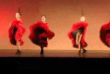 Can Can- Vida Real / El can can es un baile lento y vivaz de reputación escandalosa, cuyas principales características son los movimientos provocativos, las patadas altas y el alzamiento y movimiento de las faldas. Se originó en el siglo XIX en París y fue inmortalizado en la ópera de Offenbach Orfeo en los Infiernos (1858).