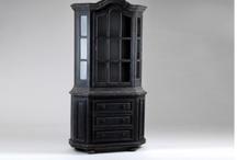 Meubles en bois noirs, classiques et très chics / Vous retrouverez les meubles en bois très chics de la marque Amadeus : une commode, des tables de chevets, des consoles en bois...ces meubles sont en acajou de couleur noire vernis. Ils ont un style très chic parisien.